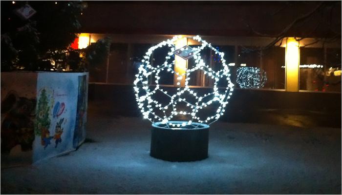 «Спортивную» новогоднюю елку вчесть ЧМ-2018 установили вБрянске