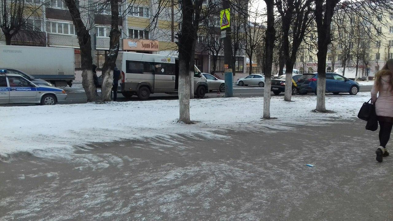 В Брянске маршрутка №49 вписалась не в поворот, а в багажник иномарки и такси