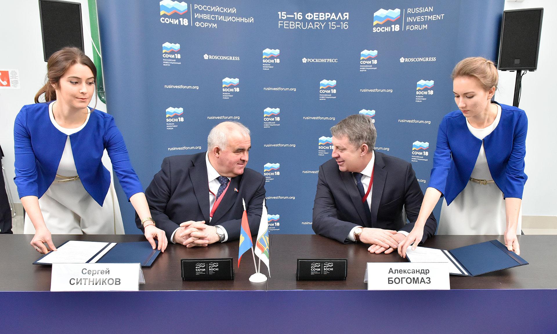 Губернатор Богомаз исписал ручку, подписывая инвестиционные соглашения в Сочи