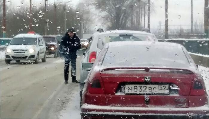 Брянск: движение по Речной в сторону Бежицы парализовано двумя тройными ДТП