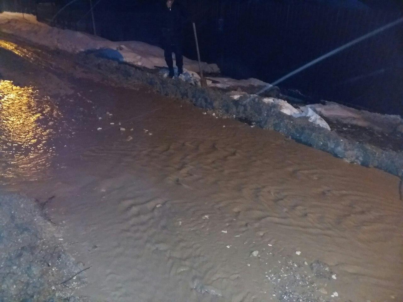 В Брянске из-за прорыва трубы унесло детскую площадку и подмыло дом