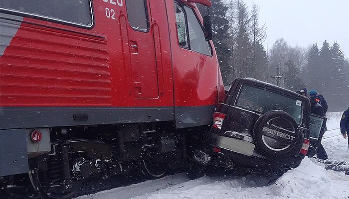 При столкновении поезда и джипа вБрянской области погибли 4 человека