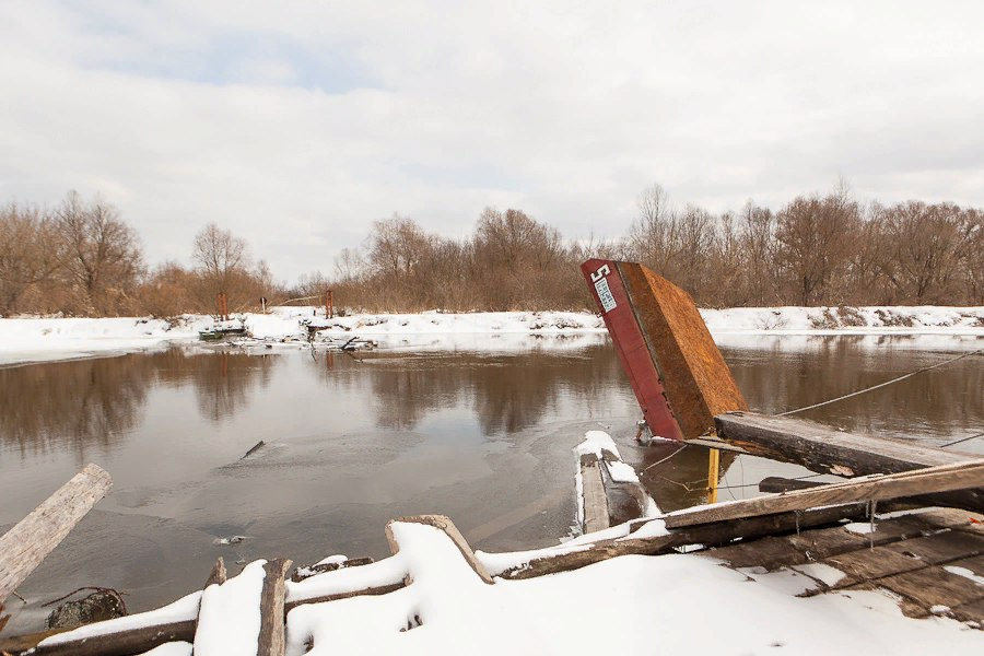 В Почепском районе понтонный мост уплывает на глазах у местных жителей