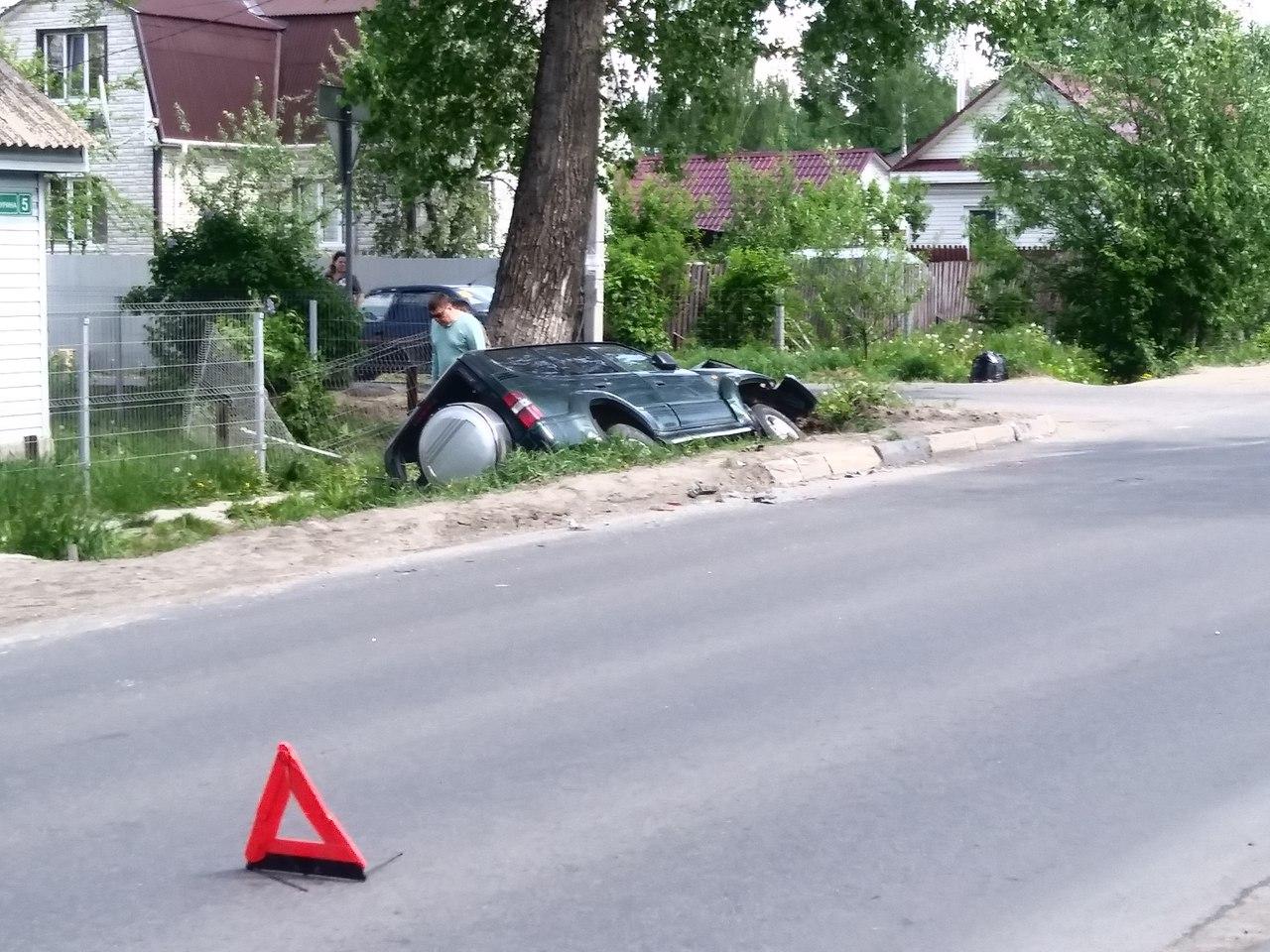 В Брянске на одностороннем движении «пободались»  внедорожник и иномарка