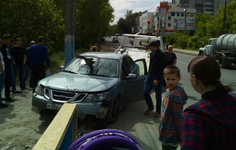 В Брянске иномарка вылетела с Черметовского моста