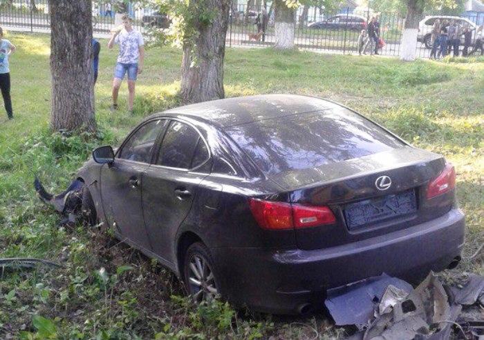 Lexus протаранил забор детской поликлиники в Володарском районе