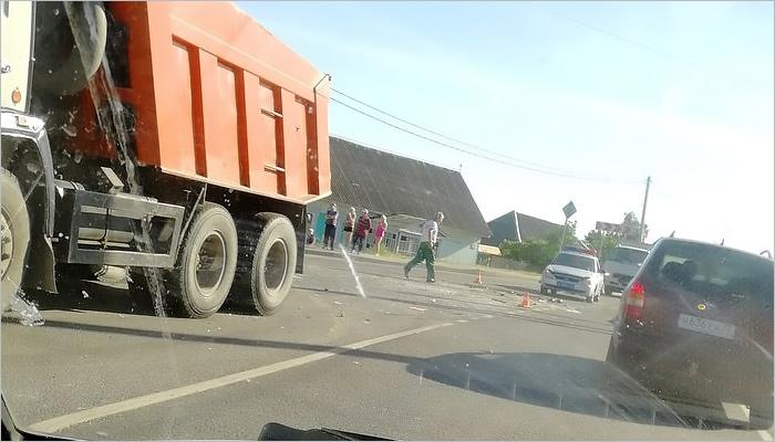 На выезде из Брянска перевернулся грузовик, есть пострадавший