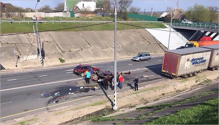 На брянской объездной дороге друг в друга въехали две легковушки, большегруз и автобус