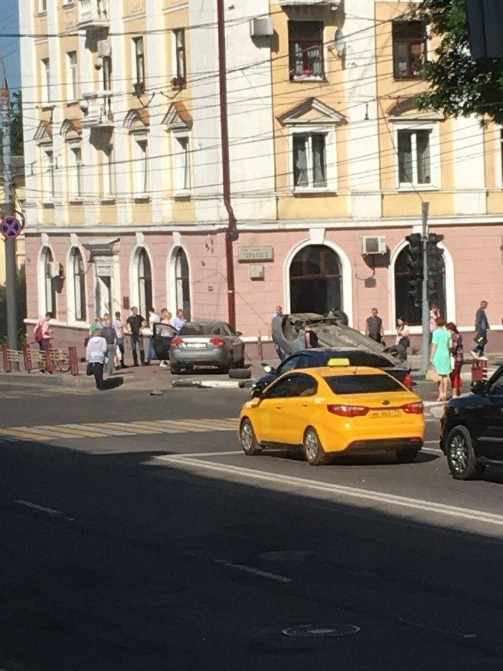 В центре Брянска две иномарки не разъехались с переворотом