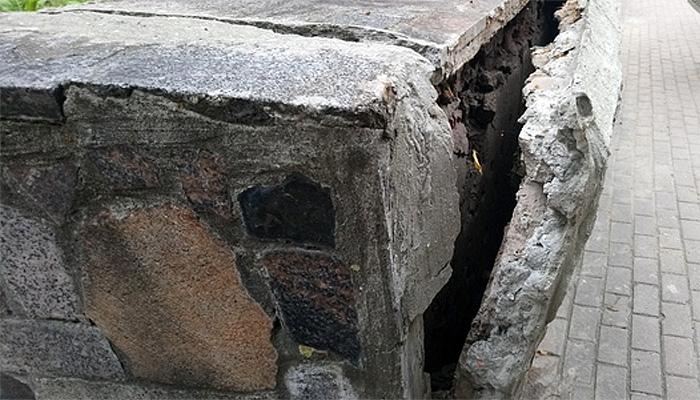 Тридцатилетняя облицовка не выдержала: в центре Брянска отваливается гранит с подпорной стенки сквера Тютчева