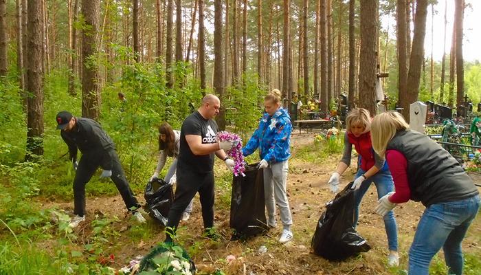 В Брянске чиновники и активисты вновь вышли на уборку кладбищ