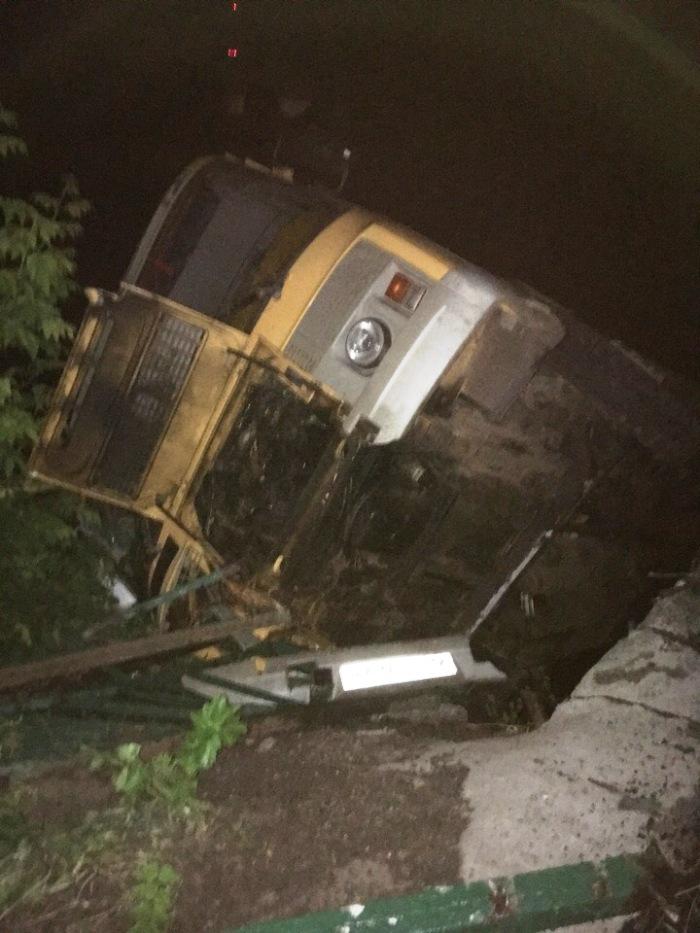 В клинцовском селе Великая Топаль упал с моста автобус с футбольной командой