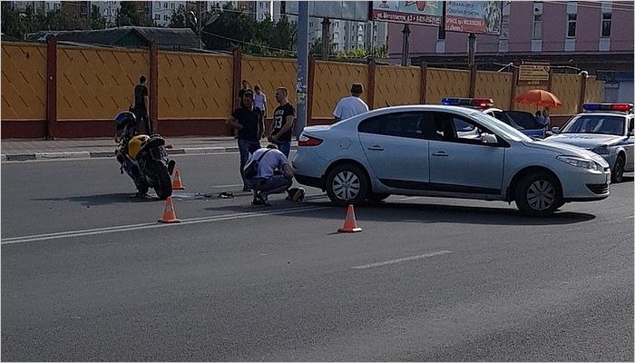 Около Бежицкого рынка столкнулись легковушка и мотоцикл