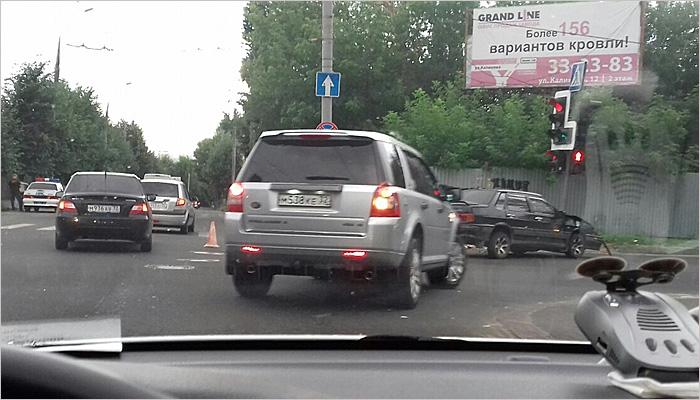 На перекрёстке в центре Брянска иномарка врезалась в дом