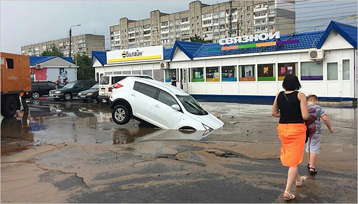 В Володарском районе Брянска вновь пробило водопровод — «гейзеры» забили возле театра кукол
