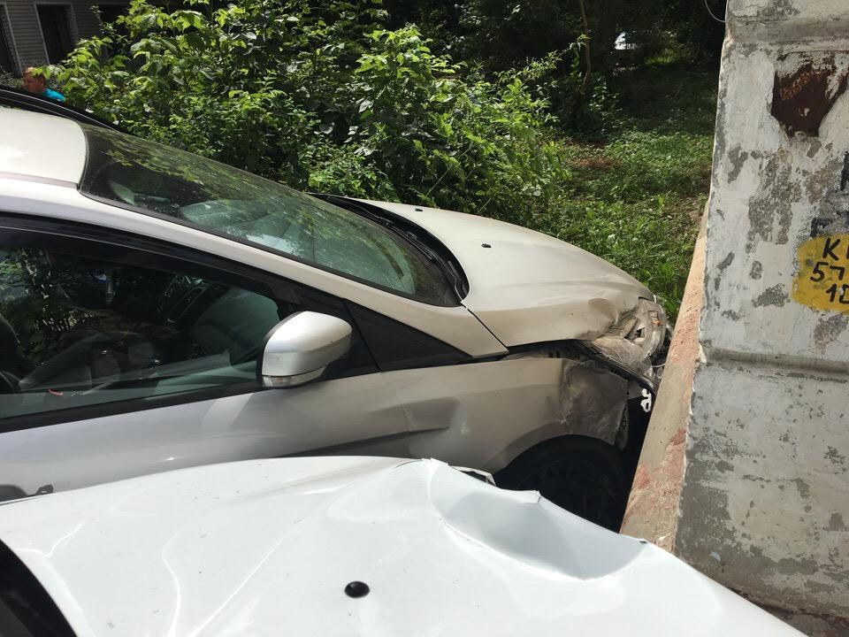 В Брянске машина «Яндекс.Такси» протаранила иномарку и влетела в дом