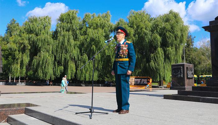 В Брянске на площади Воинской славы развернули огромный триколор