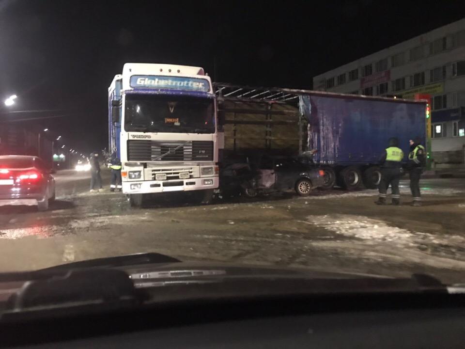 """""""Огненная"""" авария с фурой на улице Бурова закончилась смертью пьяного водителя в реанимации"""