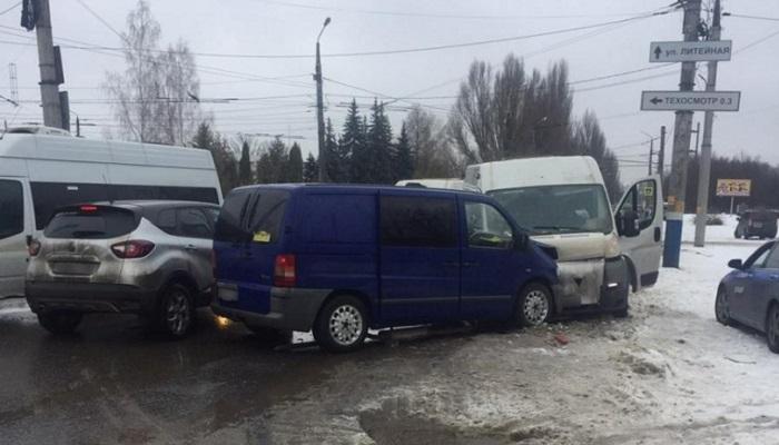 В Бежице не разъехались маршрутка и микроавтобус: трое раненых