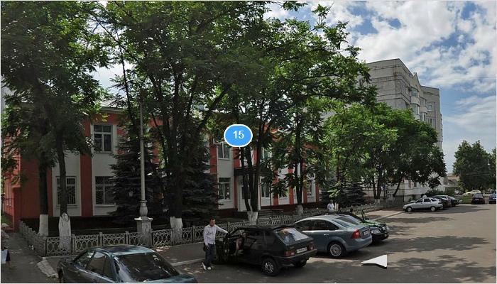 У здания Бежицкой районной администрации ликвидированы голубые ели