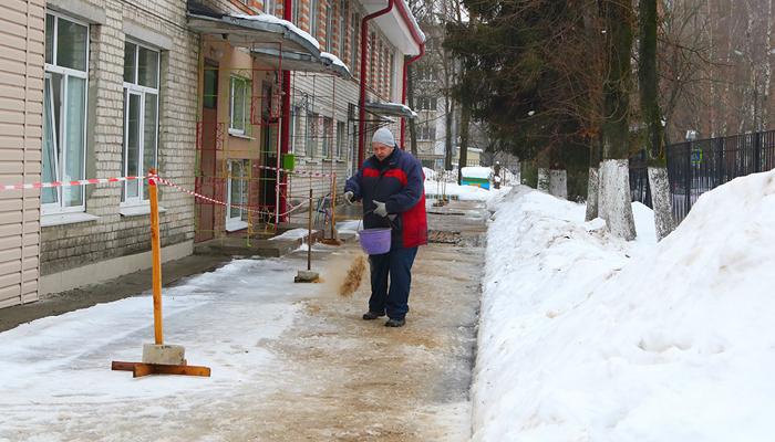 Брянские коммунальщики «сместили акценты в борьбе» со снега на гололед