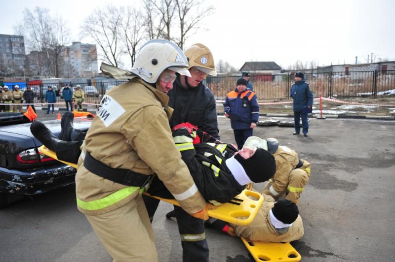 Брянские пожарные соревновались в распиле машины на скорость