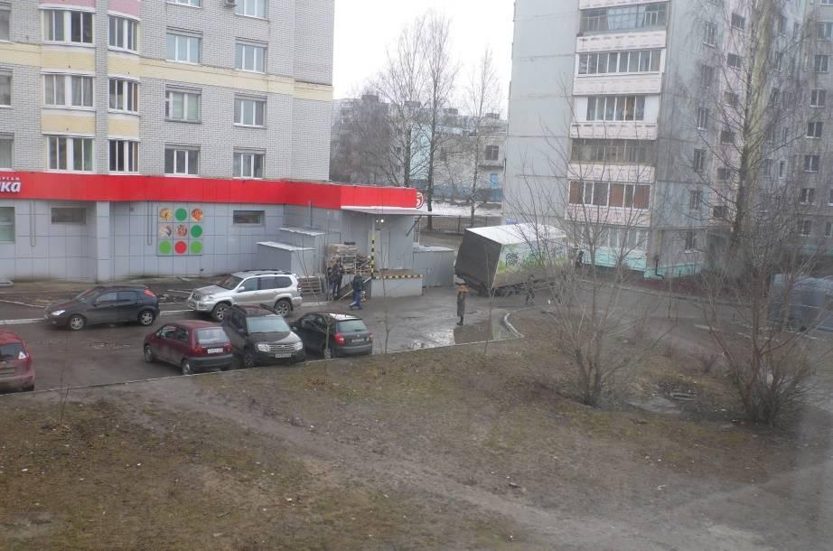 В Брянске грузовик увяз в оттаявшем асфальте