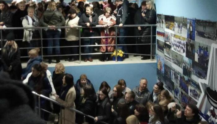 Цвет настроения — потный: шоу Филиппа Киркорова в Брянске началось почти с полуторачасовой задержкой