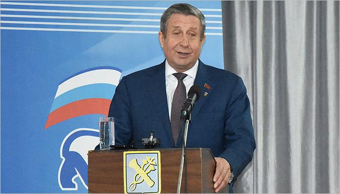 Владимир Попков торжественно вручил 141 партбилет новым новозыбковским единороссам