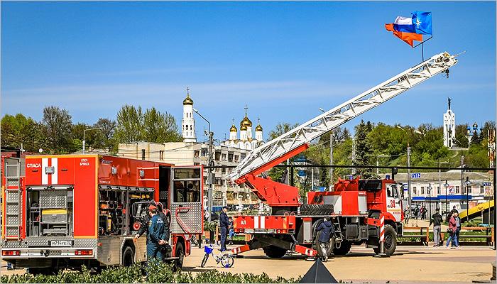 Торжества в честь 370-летия пожарной охраны России: выставка техники и «водяной салют» на Набережной