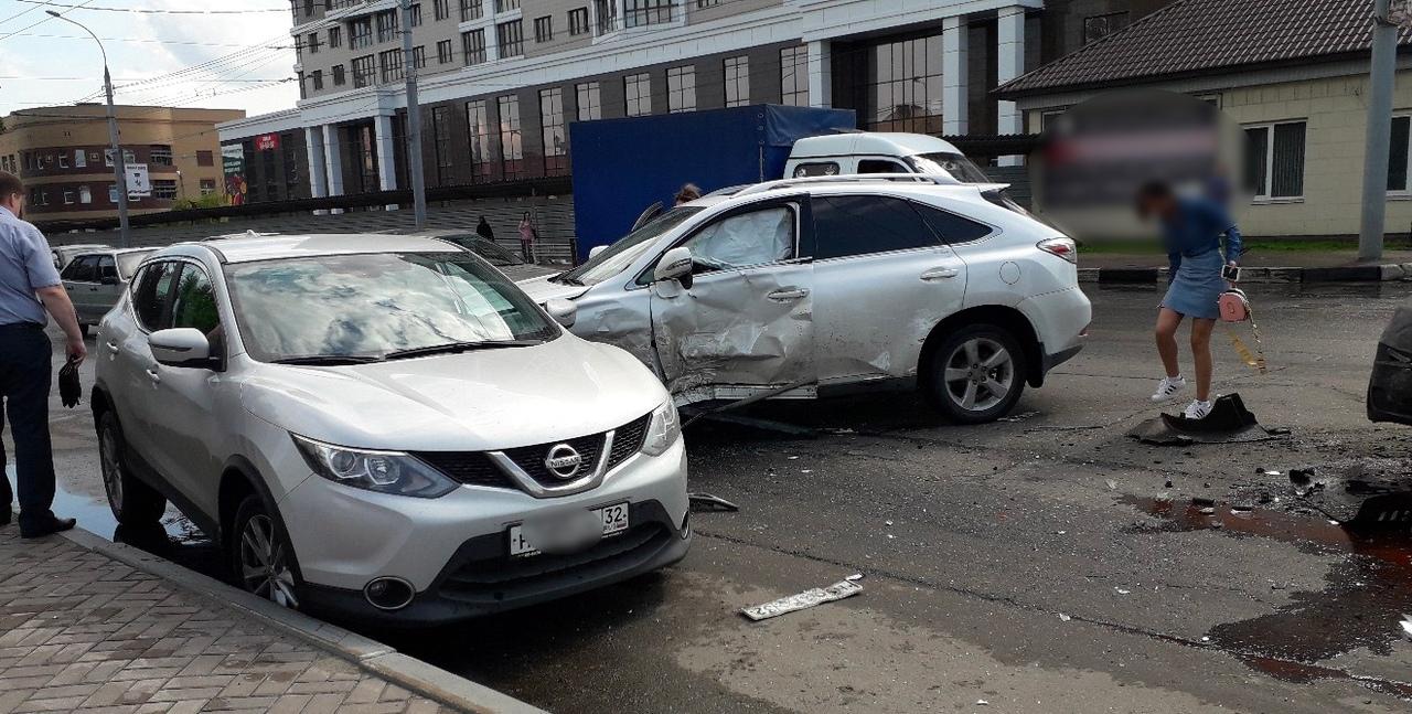 В Брянске столкнулись две иномарки и маршрутка №166