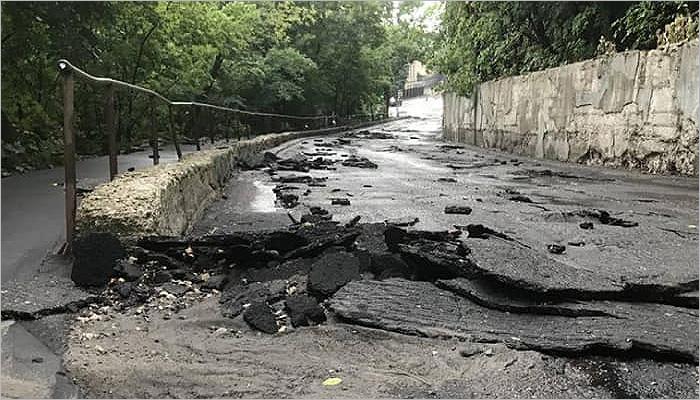 Жара в Брянске закончилась ливнем с градом, потопом и размытыми дорогами с упавшими светофорами
