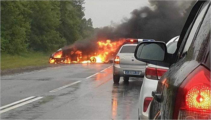 В страшной аварии под Брянском в двух легковушках сгорели четыре человека