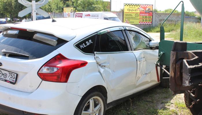 В Брянской области автоледи врезалась в поезд