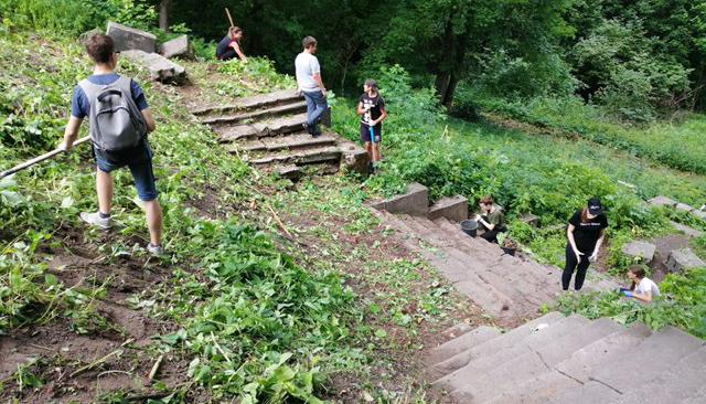 Волонтёры облагородили парк усадьбы Тенишевых