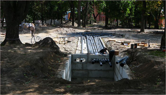 В Круглом сквере в Брянске уложили уже треть запланированной плитки