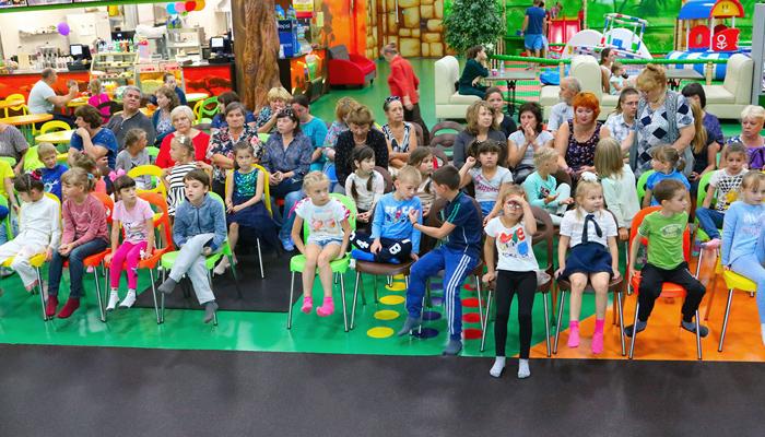 В Брянске вручили портфели 36 первоклассникам из замещающих семей