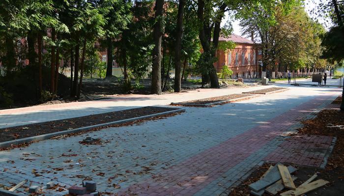 В Круглом сквере Брянска уложили две трети плитки и поставили больше половины фонарей