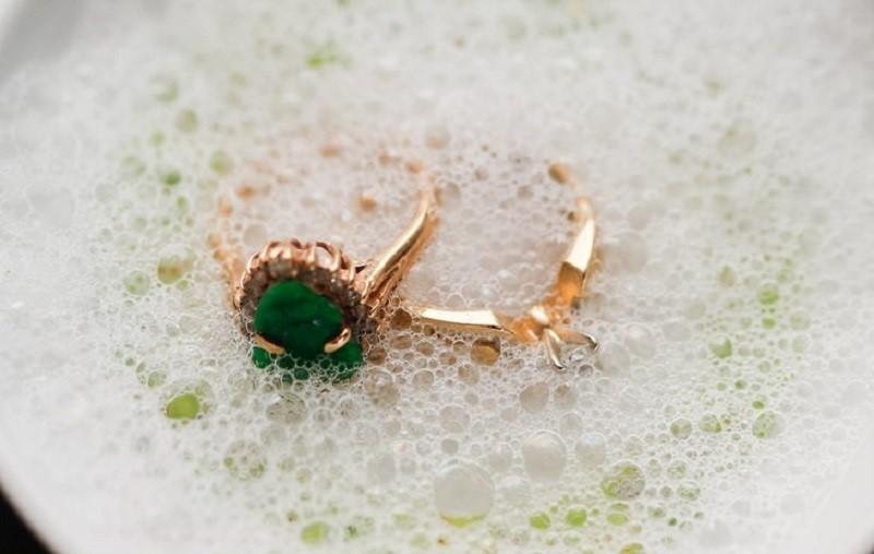Как правильно ухаживать за серебряными и золотыми украшениями