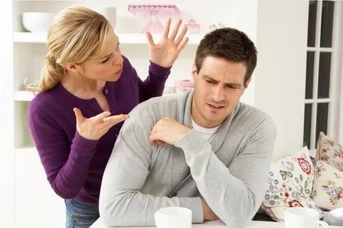 Причины насторожиться, если избранник проявляет грубость по отношению к окружающим людям
