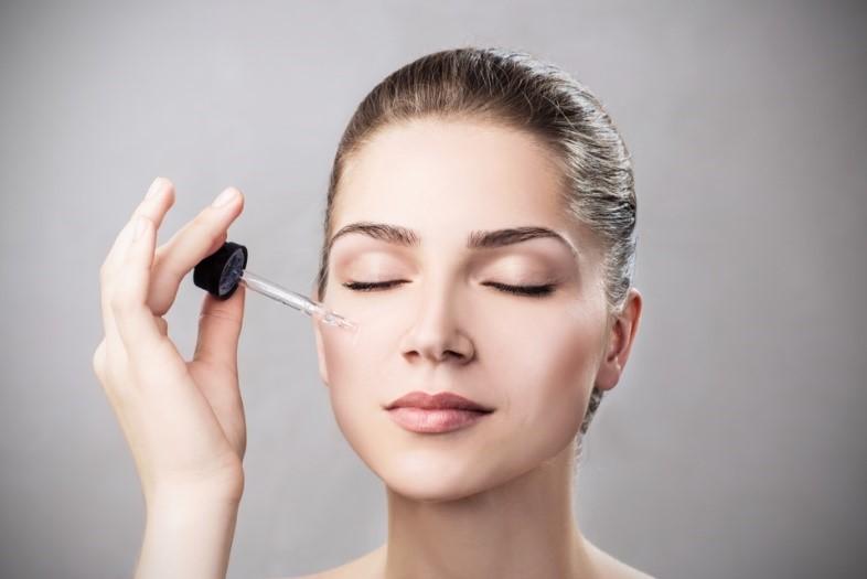 Что капают на лицо перед нанесением макияжа?