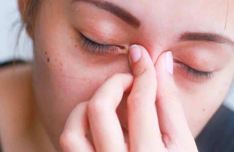 По каким причинам опухают глаза: как устранить отечность