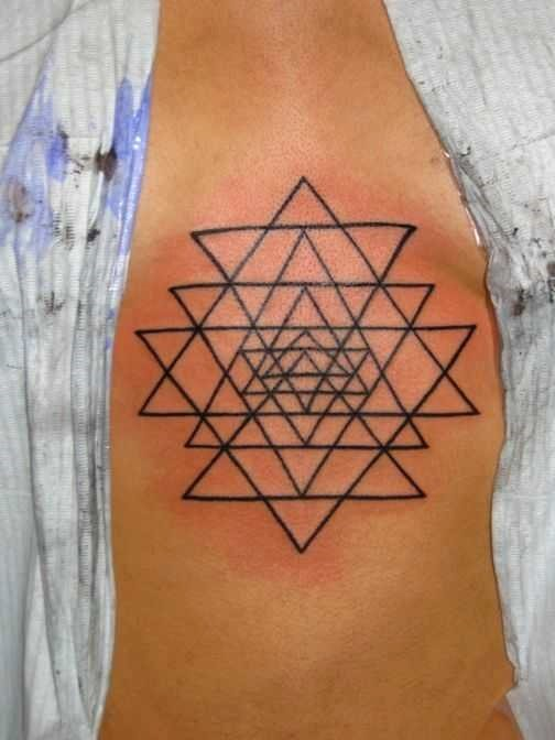 Татуировки в виде треугольника: какие бывают и что означают