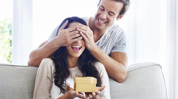 Как можно удивить девушку: необычно, на свидании, онлайн или бесплатно