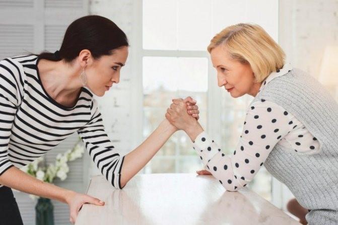 Свекровь лезет в дела семьи: как отучить