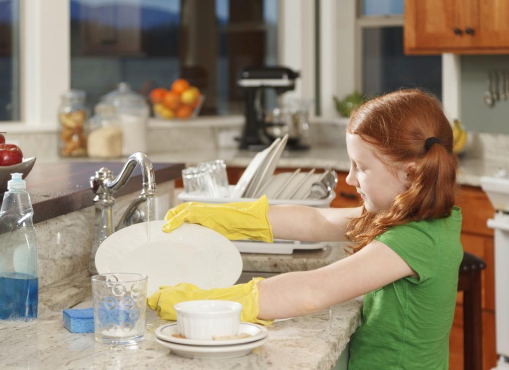 С полутора лет ребенок должен принимать активное участие в работе по дому